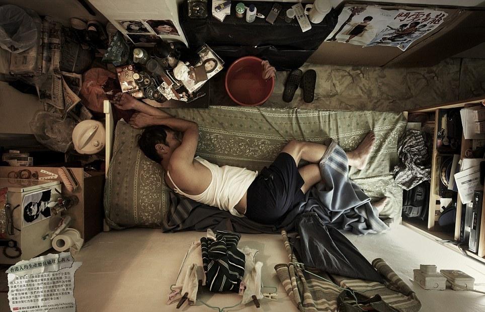 В таких квартирах-кабинах живет все бедное население Гонконга