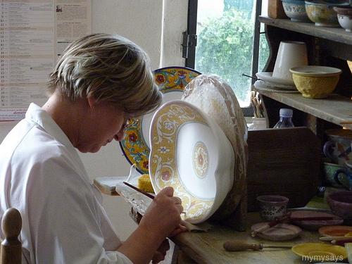 Художница расписывает эксклюзивную посуду