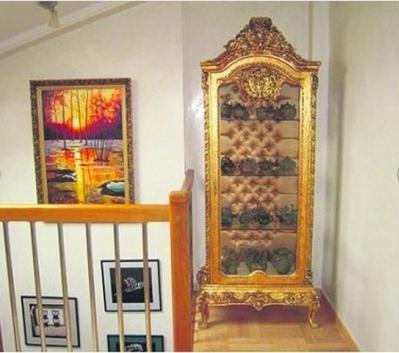 В интерьере также есть мебель с позолотой