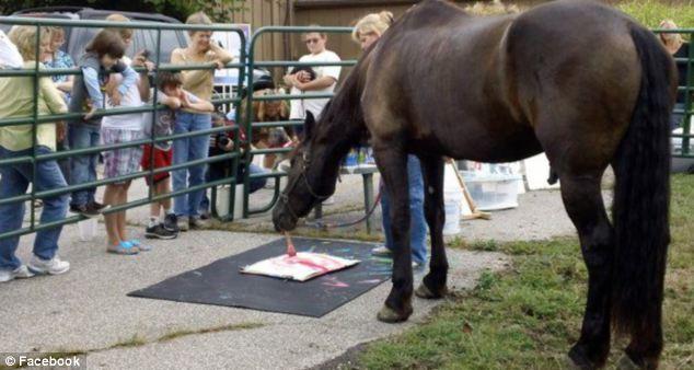 Дети обожают наблюдать за тем, как лошадь создает свои шедевры