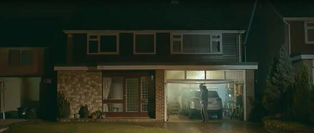 Неудавшийся самоубийца покидает гараж, заполненный обычным паром