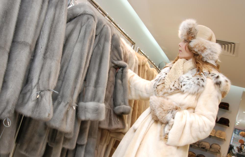 Магазины одевают украинок в одноразовые китайские шубы
