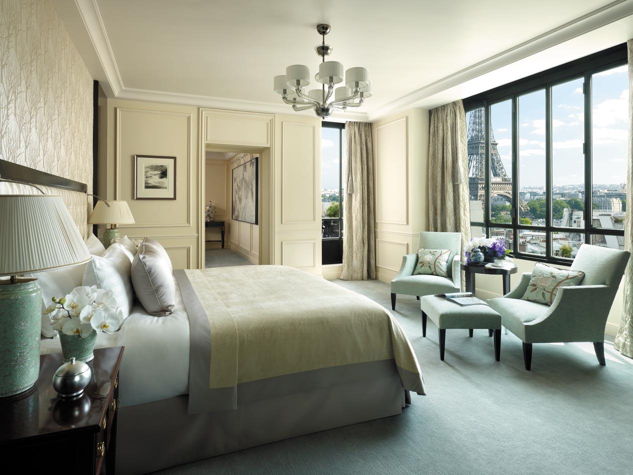 Вид на Эйфелеву башню из отеля Shangri La