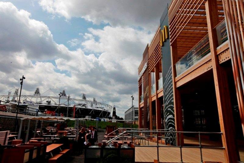 McDonald's спонсирует Олимпийские игры с 1968 года, когда компания самолетами доставляла гамбургеры американским атлетам в Гренобль (Франция).