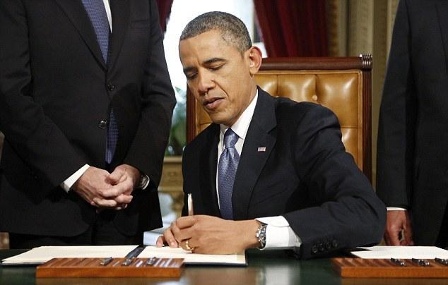 Американский президент-левша подписывает официальный документ