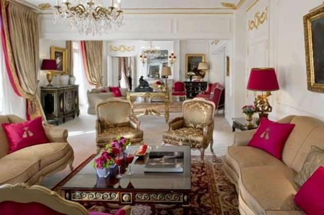 В номере установлена мебель эпохи французских королей Людовика XV и Людовика XVI.
