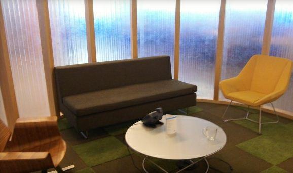 20-летний предприниматель Эрик Симонс два месяца ночевал на одном из таких диванов в офисе компании AOL