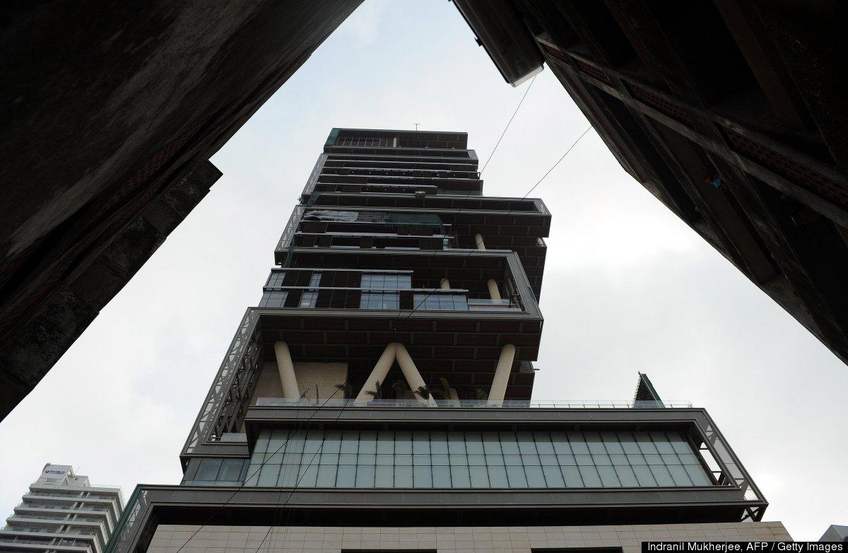 Антилия - это 27-этажное здание, которое обслуживают шесть сотен человек