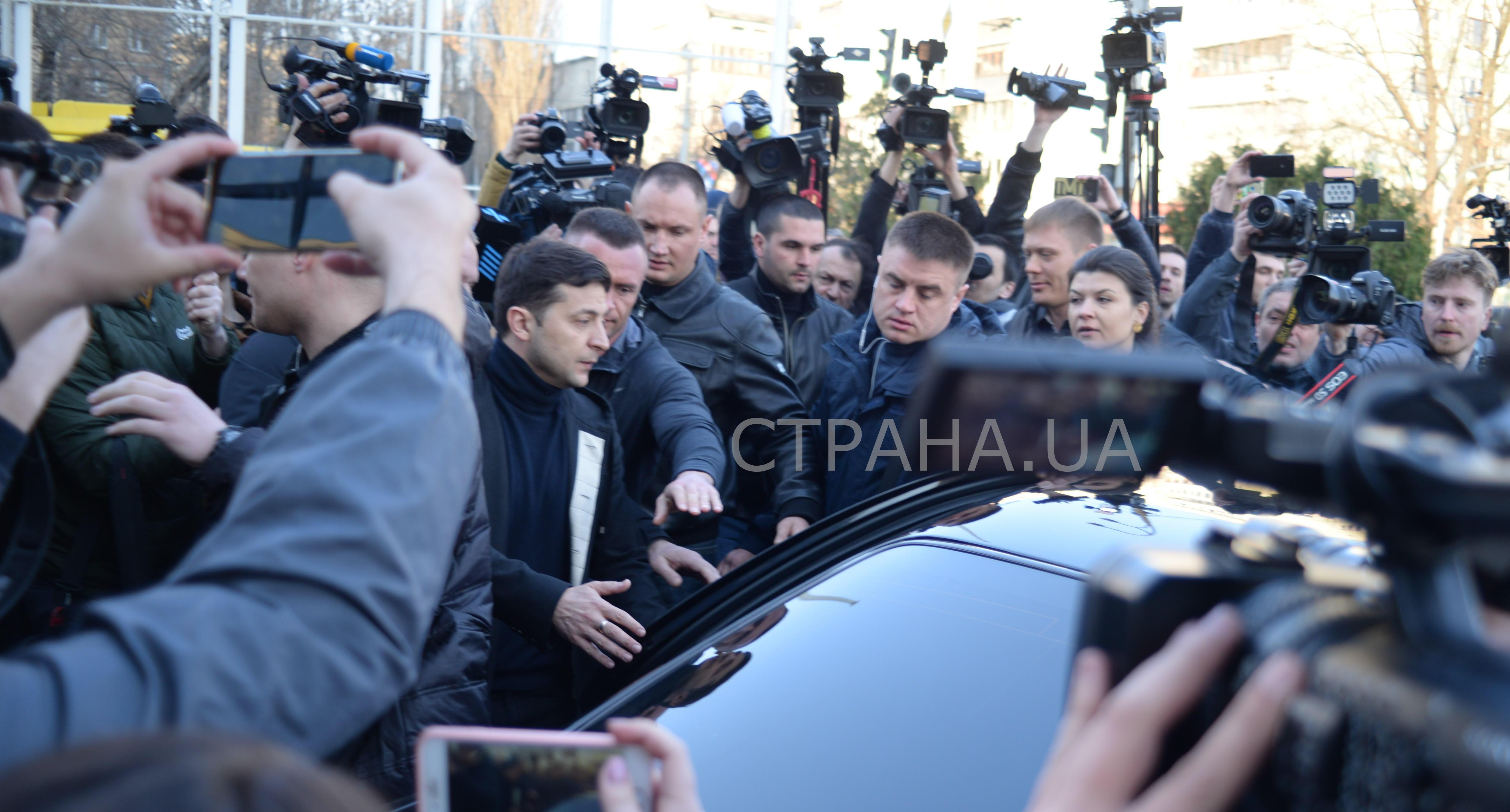 Владимир Зеленский передвигается в сопровождении охраны