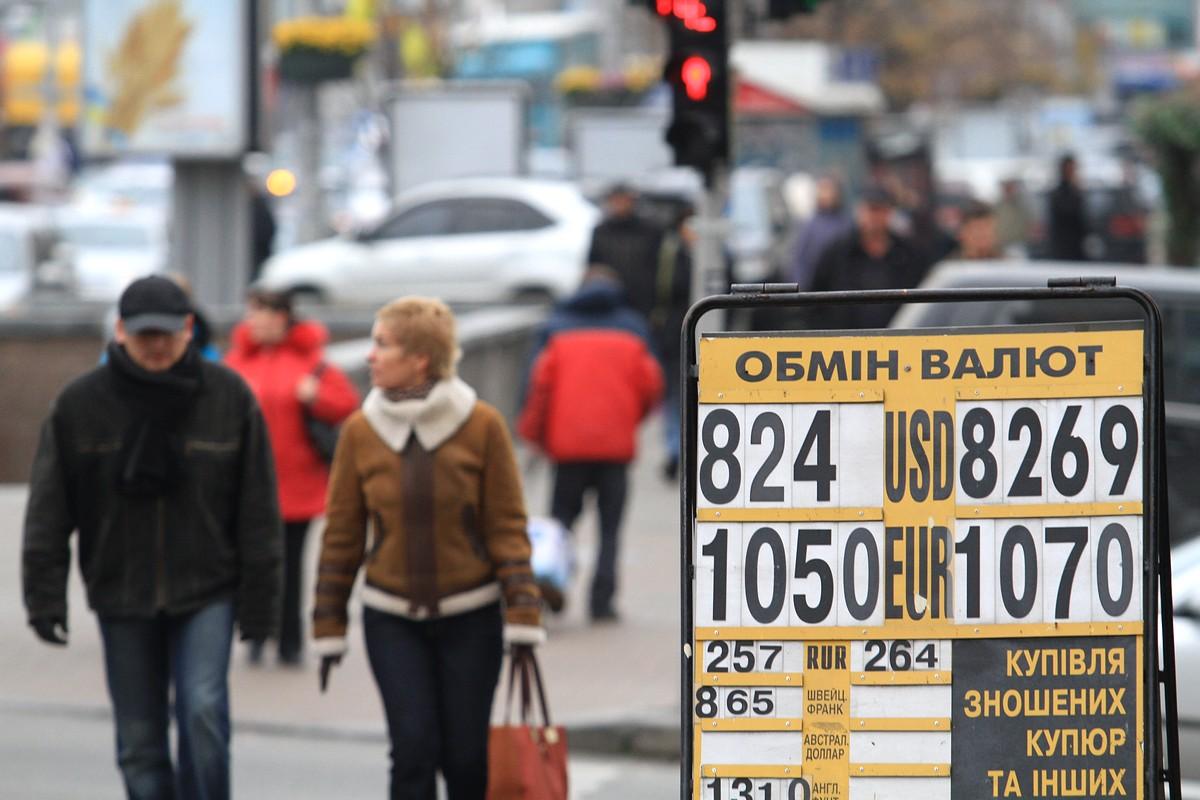 Напуганные возможный введением налога на продажу валюты украинцы бросились продавать доллары. НБУ доволен