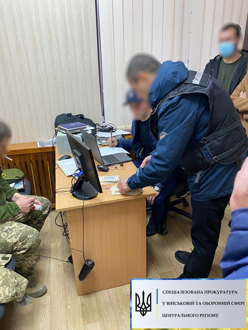 Чиновника Минобороны задержали на взятке в 400 тыс грн