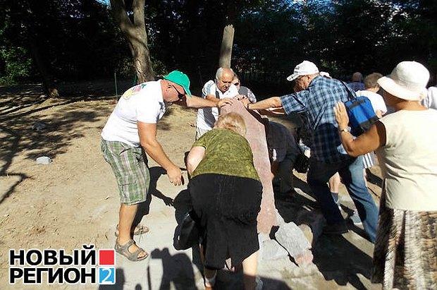 Жители Печерская валят первый камень