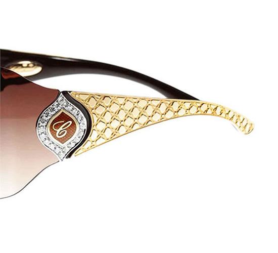 Дужки очков из чистого золота украшены фирменной буквой