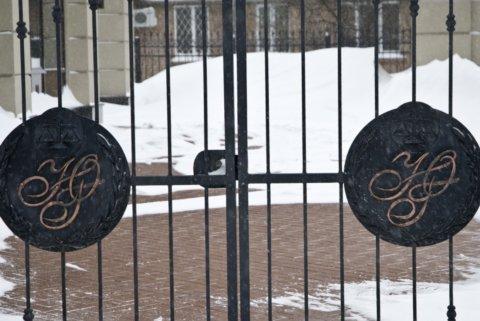 Инициалы ЮГ на воротах особянка