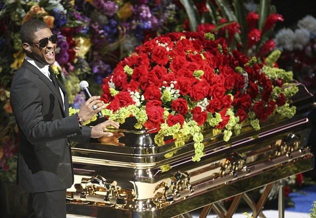 Ашер поет возле гроба поп-короля во время трибьют-концерта