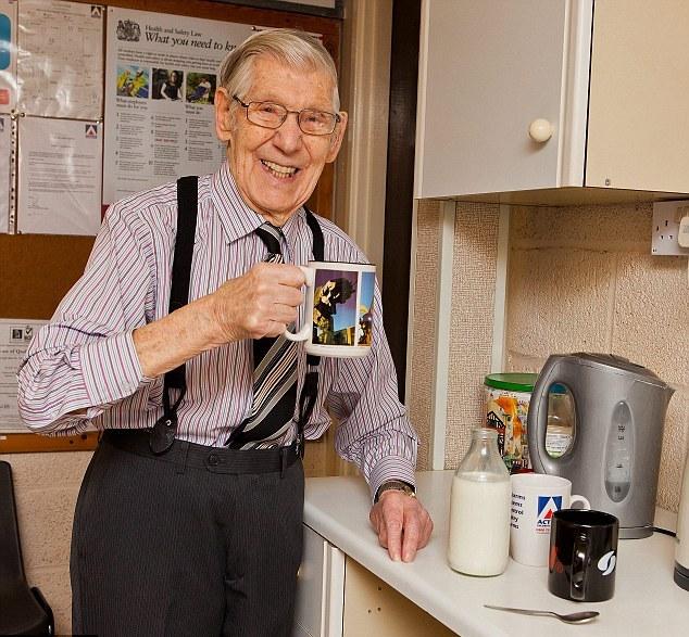 Джим делает настоящий английский чай всем сотрудникам