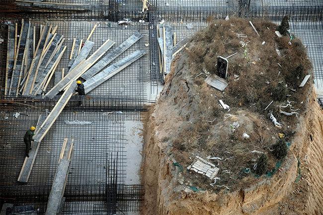 Родственники умершего не захотели давать разрешение на строительство здания на месте его могилы