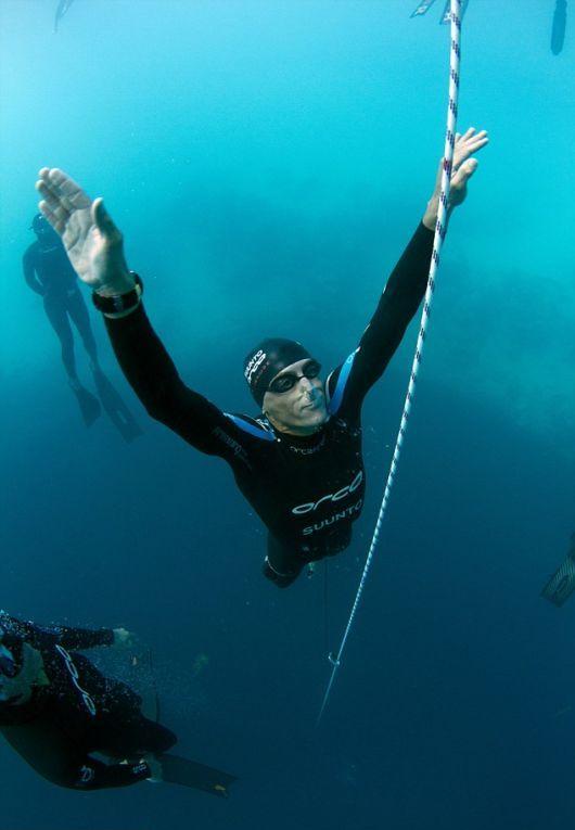 Это чудо природы привлекает сюда ныряльщиков-экстрималов со всего мира