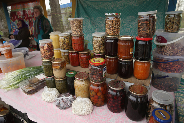 Украинки продают соленья домашнего приготовления