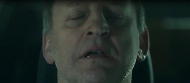 Вот он закрывает глаза, готовясь принять неминуемую смерть