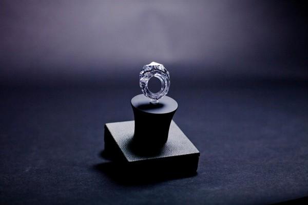 Подогнать это обручальное кольцо под размер не получится