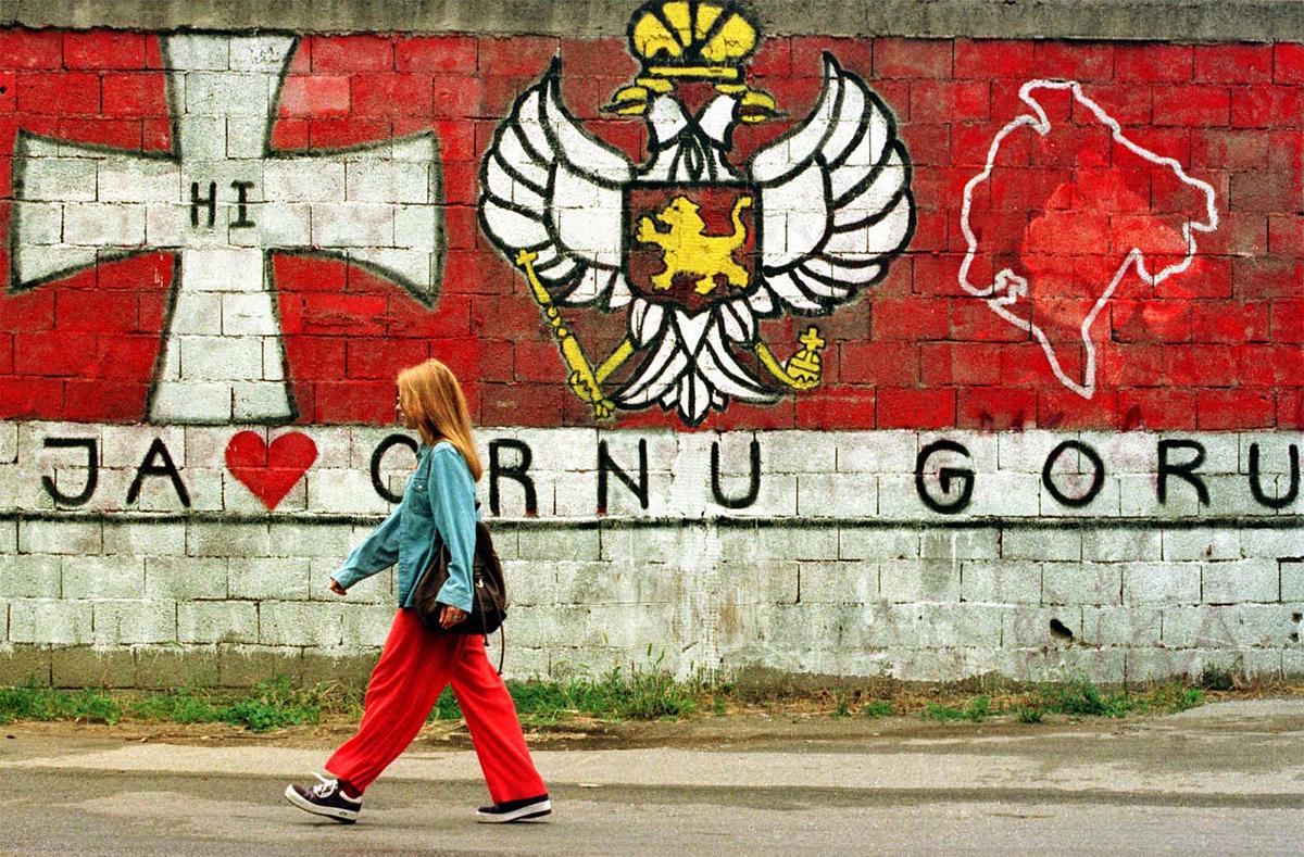 Жизнь в Черногории. Граффити с национальными символами.