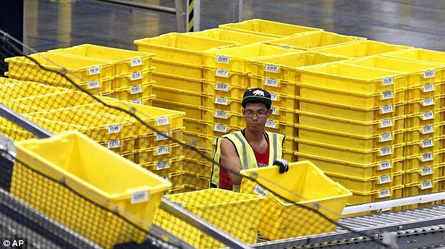 Работник Amazon.com складывает корзины для заказов