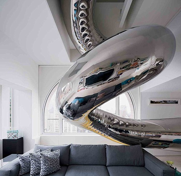 Владельцы дорогого пентхауса в Нью-Йорке установили стальную горку, соединяющую все 4 этажа их VIP-квартиры