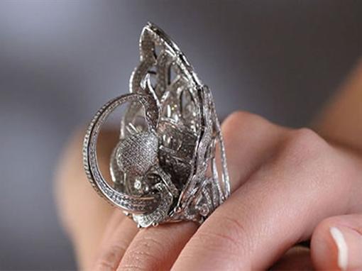 На кольце уместилось 2 525 бриллиантов