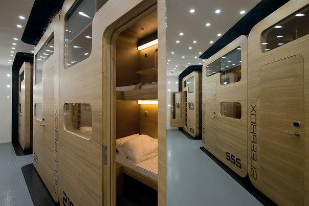 В Москве открылся дизайн-отель, в котором постояльцам предлагают спать в комфортабельных капсулах (слипбоксах)