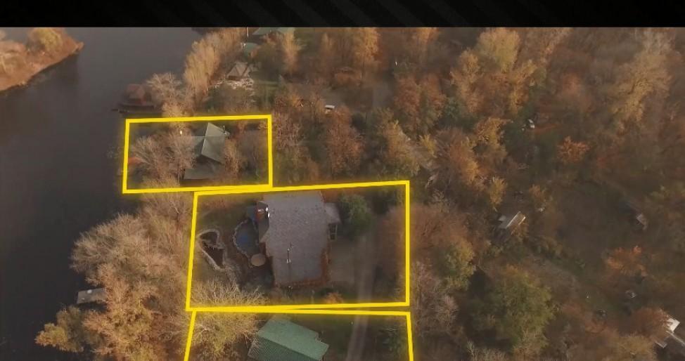 На территории построены три дома
