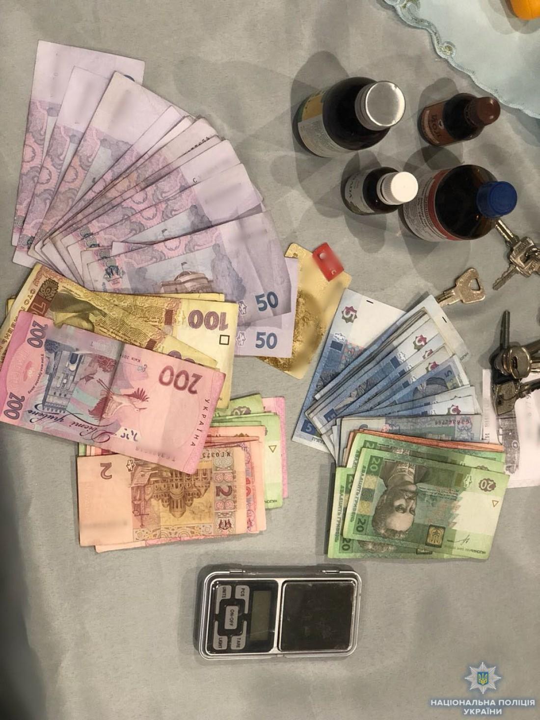Деньги, изъятые у наркоторговки