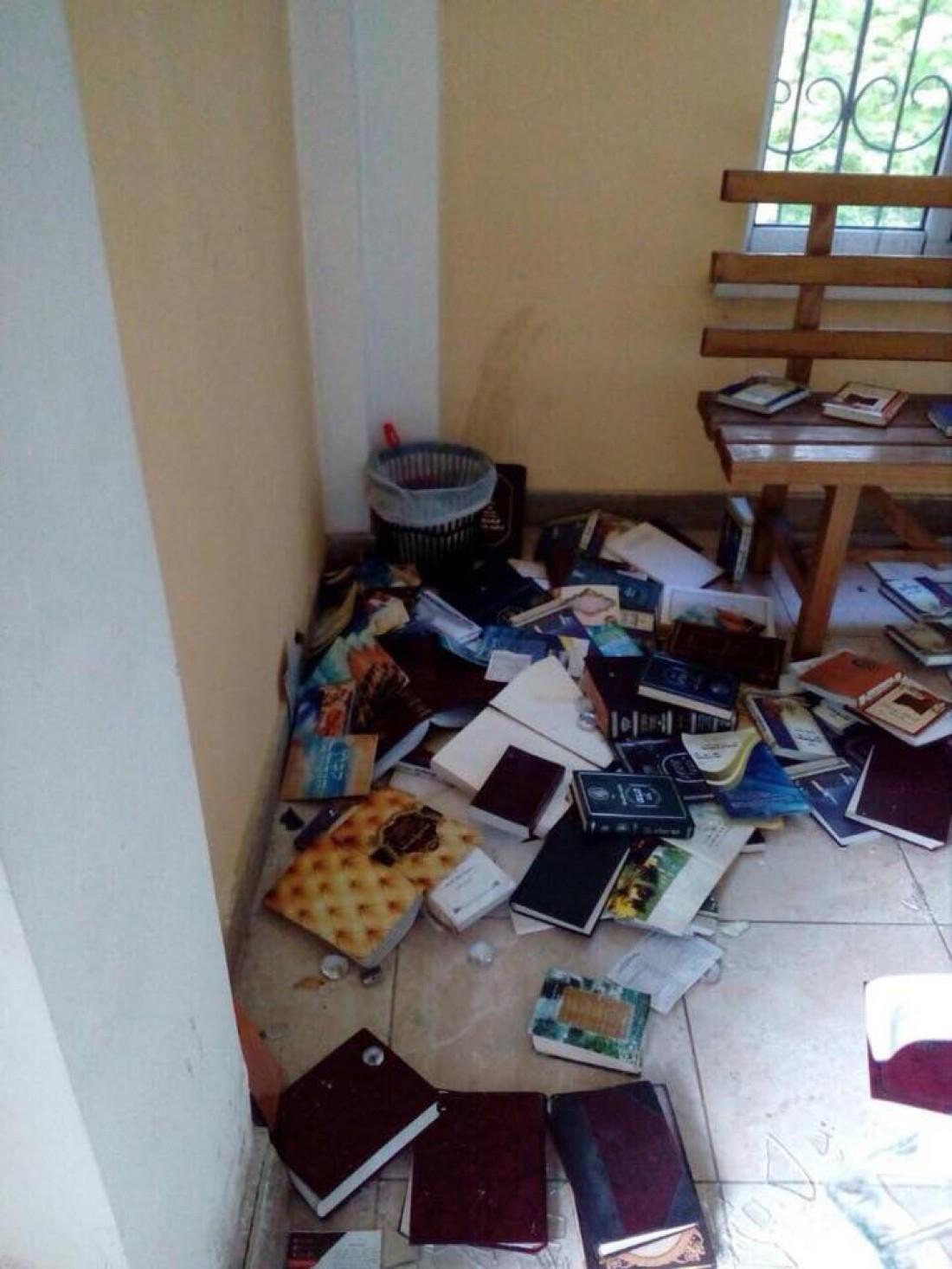 Вандалы-провокаторы разбросали по полу святые книги