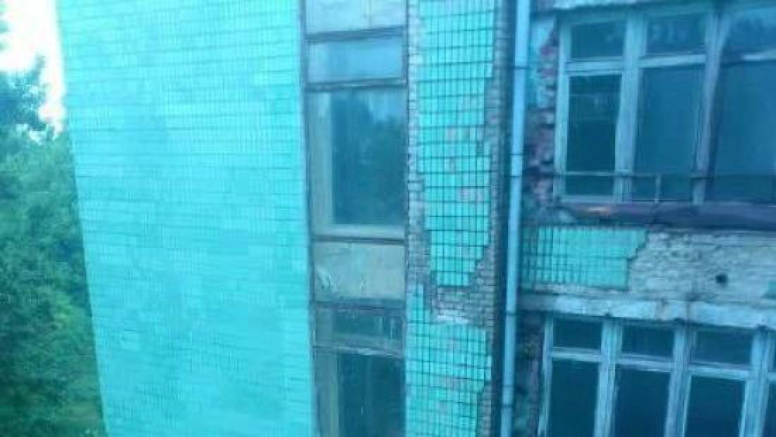 Также разрушается и фасад здания