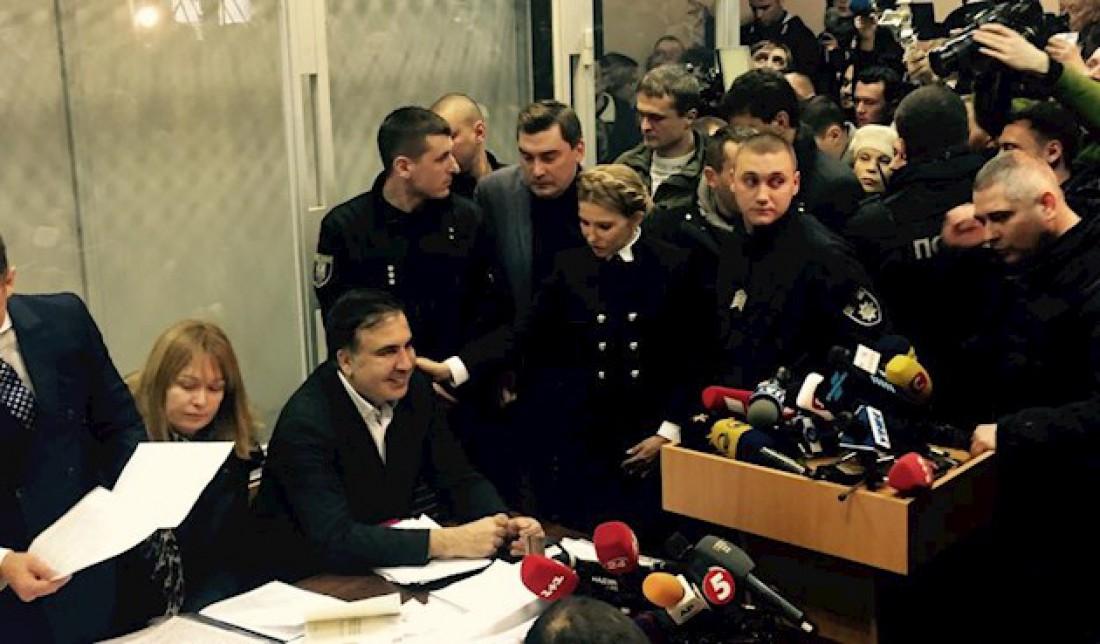 Саакашвили находится рядом со своими адвокатами