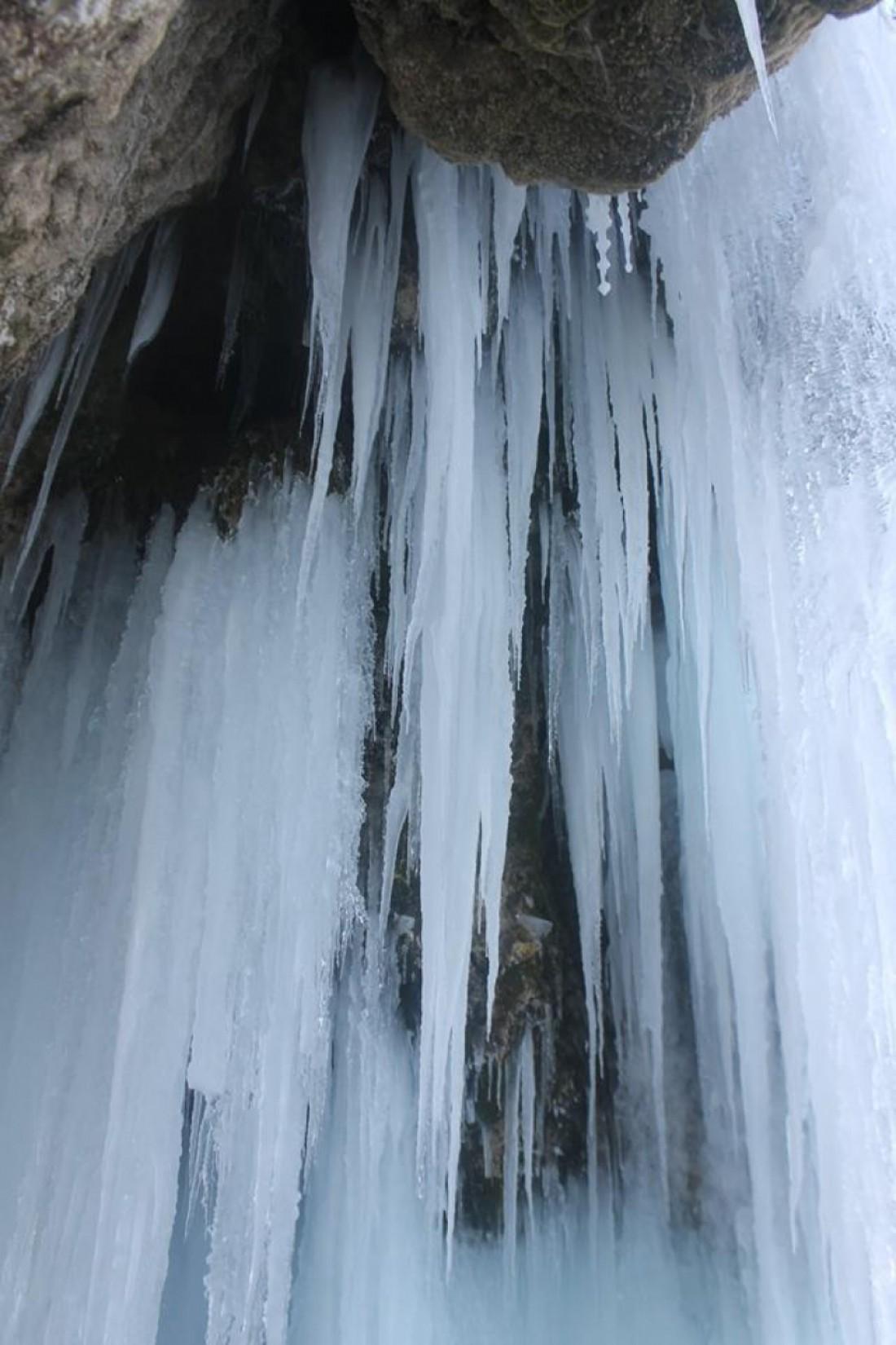 Струи воды замерзли целиком