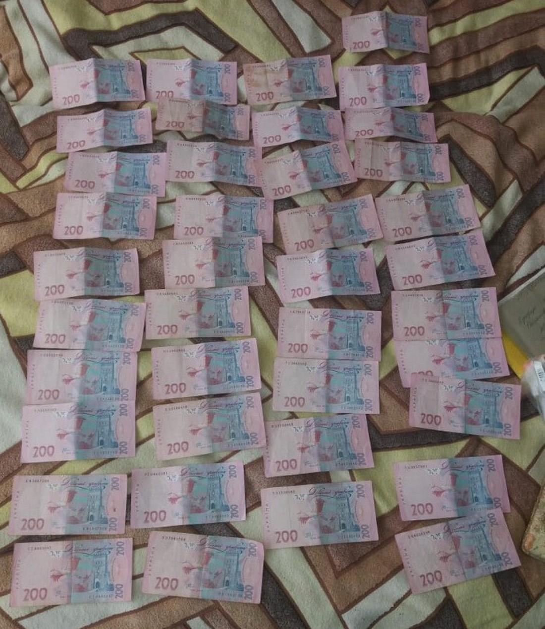 Прокурор получил взятку в размере 8 000 гривен