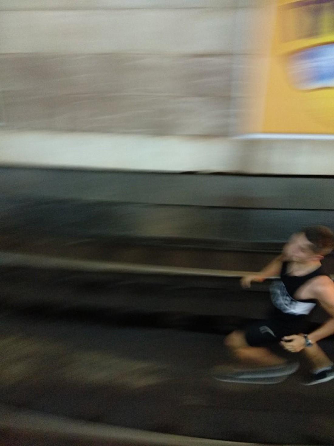 Подростки прыгнули под поезд, чтобы он над ними проехал