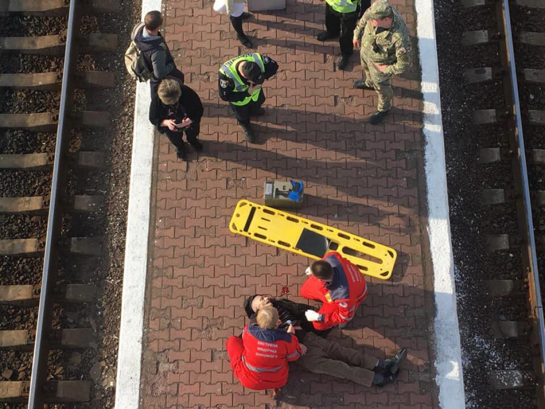 Мужчина спрыгнул с пешеходного моста