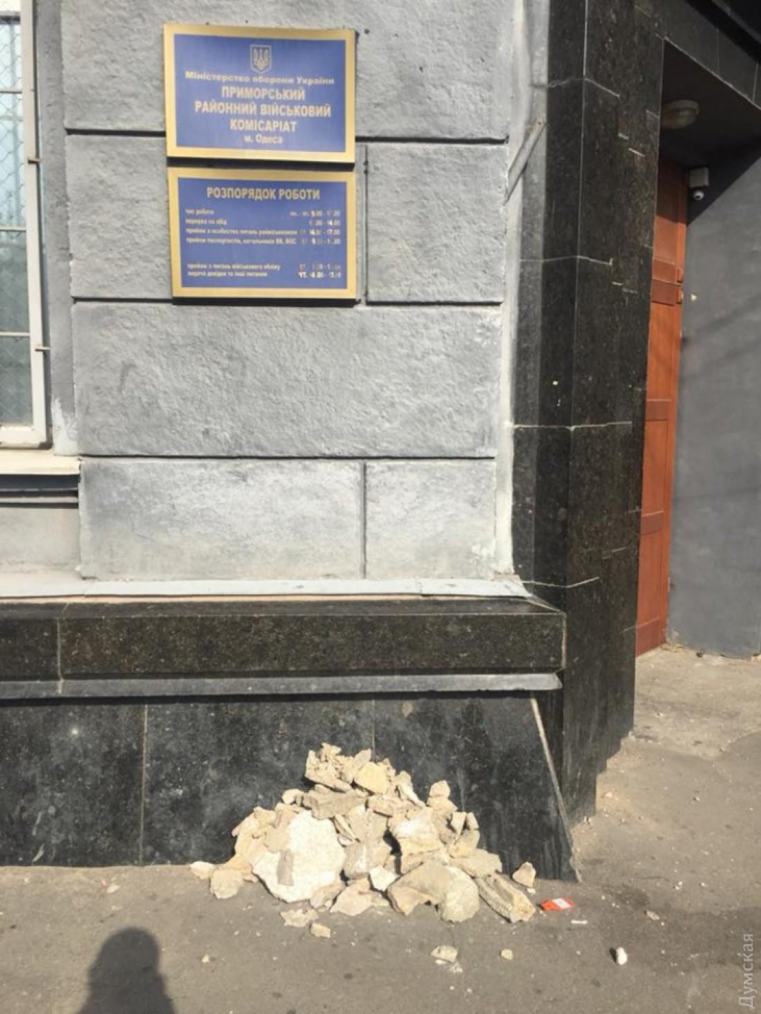 Лепнину советской символики убрали
