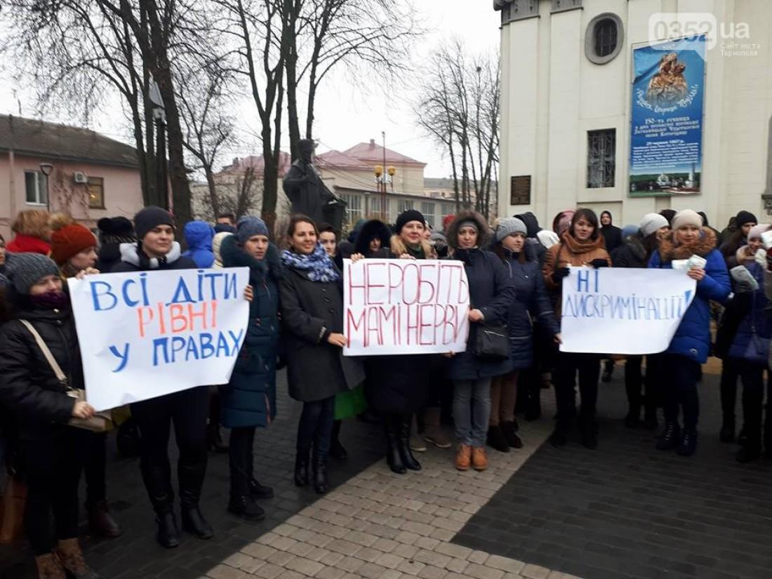 Многие женщины подготовили плакаты в протест возможному решению совета