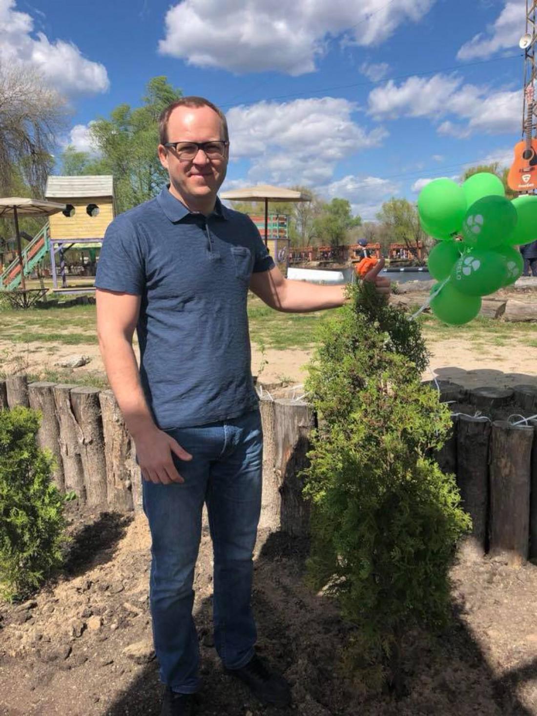 Кроме smart-дерева, представители КГГА сажали настоящие деревья