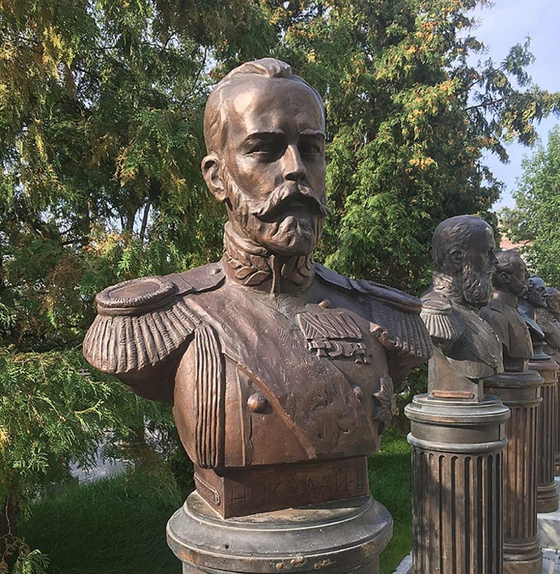 На аллее уже установлен ряд монументов