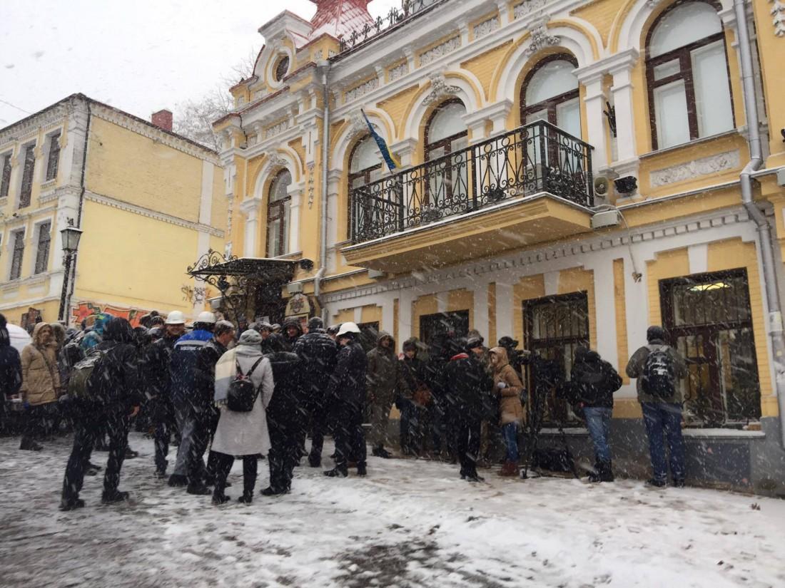 Киевляне протестуют против Черного куба на Подоле