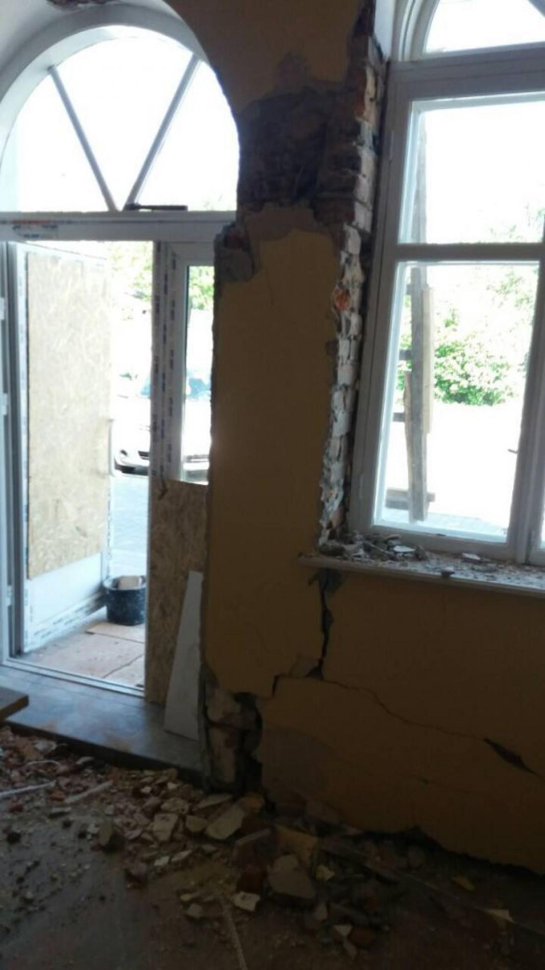 Удар был такой силы, что стена здания треснула