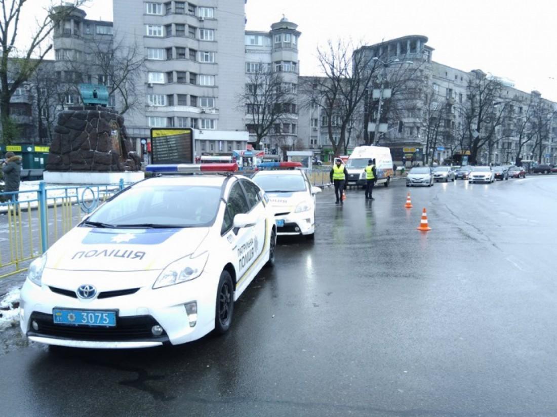 Полиция проверяет проезжающие автомобили на наличие оружия и автомобильных шин