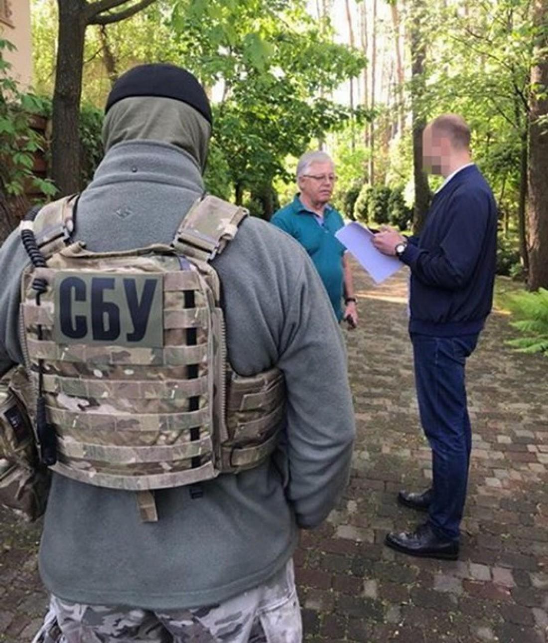 Петр Симоненко общается с сотрудниками спецслужбы