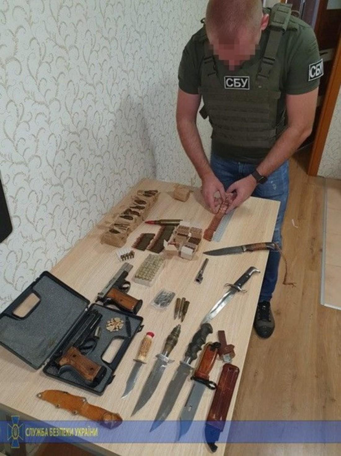 У мужчины изъяли пистолеты и патроны