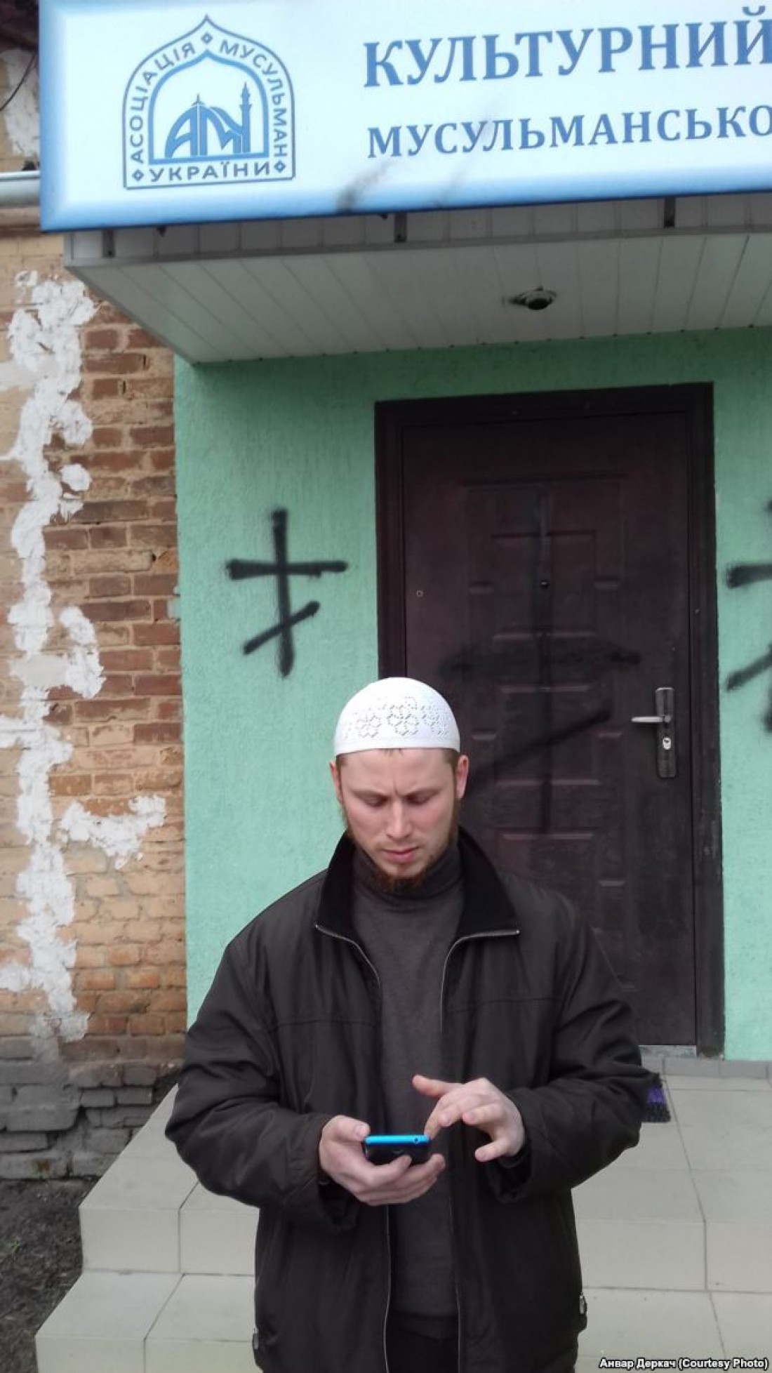 В 2016 году на помещении АМУ в Киеве нарисовали свастику