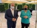 Меркель впервые увидели в маске